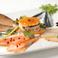 料理メニュー写真サーモンとマグロ、カジキの自家燻製の盛り合わせ