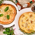 料理メニュー写真3種チーズとクルミのハニーピザ/小海老とコーンの明太マヨピザ