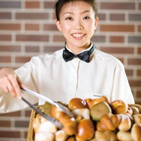 焼き立てのパンは食べ放題でご提供致しております。お好みのパンをお好きなだけお愉しみいただけます。