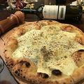 料理メニュー写真4種のチーズとはつみつのピザ