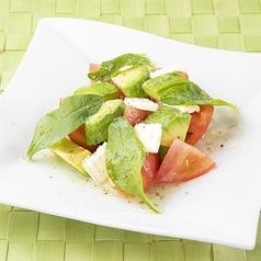 料理メニュー写真トマトとアボカド&クリームチーズ
