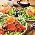 ランチ、カフェタイム、ディナーどの時間に来ていただいてもご満足いただけるよう、豊富なドリンクメニューとこだわりの料理をご提供しております。ちょっとしたアラカルトメニューから、がっつりとしたお肉料理も揃えています◎シェフが毎日考案する日替わりメニューや季節ごとに変わる旬食材の限定メニューが特に人気♪