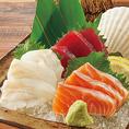 当店自慢の刺身は素材の鮮度が命。本当に旨いお魚を召し上がっていただきたい一心で、全国の各漁場から選りすぐりの魚を仕入れ、鮮度にこだわった刺身を提供しています。