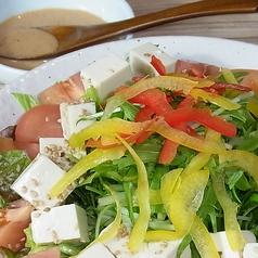 料理メニュー写真ゴマかおる豆腐サラダ