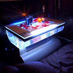 水槽テーブルのある【アクア個室】を新設★蒼い光が揺れる、幻想的な空間を演出します★