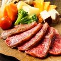 料理メニュー写真黒毛和牛ロースと季節野菜の朴葉焼き