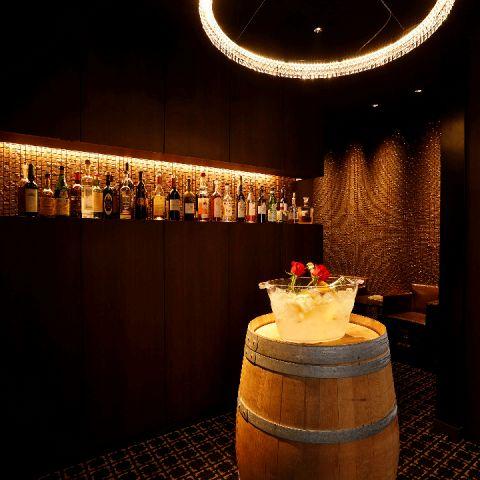 エントランスでは、豪奢なシャンデリアがお出迎え。ワイン樽に用意されたスプマンテで是非乾杯を!!