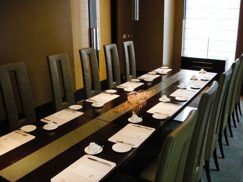 ハーモニーでは、スタイリッシュで落ち着きのあるプライベートルーム(個室)をご用意しております。ご接待やミーティングを兼ねたビジネス会食、親しい方々とのお祝いや同窓会など様々なスタイルでご利用いただけます。