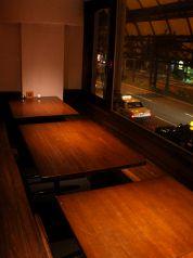 橘通りが見えるガラス窓のお席