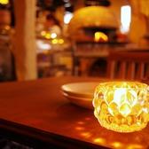 【1階/テーブル】活気溢れる元気なスタッフのかけ声が響く店内は、ゆっくり…というよりかは、賑やかに楽しんで頂きたいお席です♪ おしゃべりが好きな方にはもってこいの空間です!