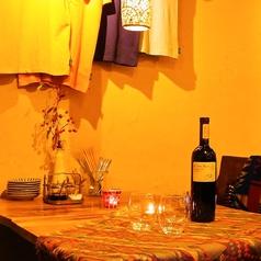 寒い時には毛布などのご用意もございます。貸切などの宴会にもテーブルを組み合わせてレイアウトできます。