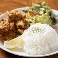 料理メニュー写真若鶏の唐揚げプレート