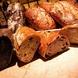 お店で焼き上げる特製パンは食べ放題♪