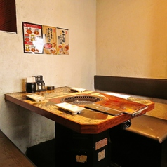 【ゆったり座れるテーブル席】 背もたれまでシッカリとある落ち着けるお席。広々としたテーブルで焼肉が楽しめます。