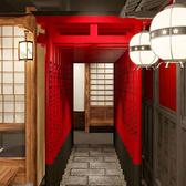 【千本鳥居】店内デザインも細部までこだわりました。個室へと続く通路は神社をイメージした空間に…