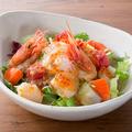 料理メニュー写真海の幸たっぷりサラダ