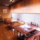 1階のテーブル席。ガラス窓からは植物を眺められる、解放的なお席です。