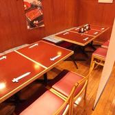 1階のテーブル席。4名掛け席と6名掛け席があり、繋げて最大10名までご利用できます。通路とお席はロールカーテンで仕切ることも可能です。
