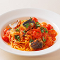 料理メニュー写真やまゆり豚のサルシッチャと揚げ茄子のトマトソースパスタ