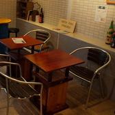 カフェのようなカジュアルなテーブル席。2名×2卓