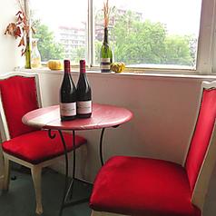 大きな窓からみえる甲突川。眺めいいですよ♪ クラッシックなレッドチェアが可愛いテーブル席です。
