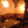 隠れ家的な雰囲気漂う、2階テーブル席。温かみのある照明が落ち着き感を程よく演出♪