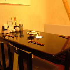 黒を基調としたシックなテーブル席。