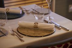 ゆっくりお食事を楽しんでいただくために、お隣を気にすることなく寛げるような間隔のテーブル席。広々としたお席はプライベートなお食事やデートなどにもおすすめです。