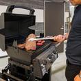 BBQ専用のガスグリルで豪快にお肉を焼いてください!