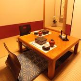 部屋名称:鼓(つづみ)最大4名様までお掛け頂ける個室。3名様でのご利用だと余裕を持っておくつろぎ頂けます。狭い空間に設計されており、恋人同士やご夫婦に人気なお部屋です。