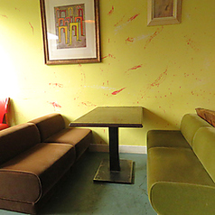 古い椅子をリメイクして作ったソファー席でゆっくり・・・♪ ワインがすすみそうです!