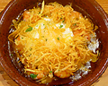料理メニュー写真海老とキノコのアヒージョ 落とし卵とカリカリポテト添え