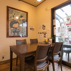 通常のテーブル席も2席ご用意できます。ランチには釜めし、昼下がりには自慢の甘味をお楽しみください!