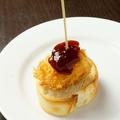 料理メニュー写真カマンベールチーズのフライ~苺ジャムと~