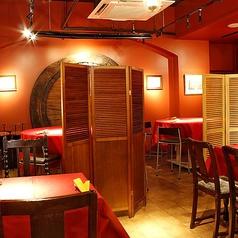 【テーブル席】雰囲気の良い店内は、広々とお使いいただけます。ご友人同士とのお集りに最適です♪パーテーションでの仕切りもございますので、安心してご利用できます。