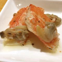 料理メニュー写真カニカマとアサリの塩辛 オリーブオイル漬け