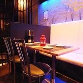 2人でテーブル席。デートに最適☆デザイナーズ空間でこだわり料理をお楽しみ下さい!!