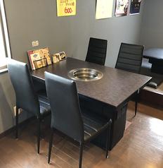 【ご友人同士やご家族のご利用におすすめ!】2階席、4名様向けテーブル×3をご用意しております。サークルの集まりやご家族で焼肉を楽しんでいただくのにおすすめな席です。