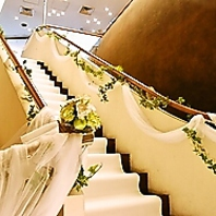 階段を降りると広がるカジュアルレストラン!
