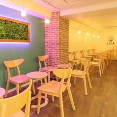 【2名テーブル×8】店内に2名テーブル席を8席ご用意しております。自慢のタピオカを店内でゆっくりお楽しみください♪