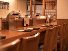 お寿司屋さんをイメージしたカウンターのつくりで、お1人様でも気兼ねなく利用できます。