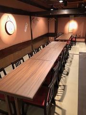 40名前後の宴会に対応可能なテーブル個室人数に合わせ仕切りを入れ、少人数の個室利用も可能