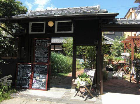 一軒家をリノベートした、イングリッシュガーデンが広がるカフェ