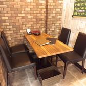 テーブル席はレイアウト自由♪ご要望に合わせてお席の変更が出来ます。また、テーブル間はカーテンで仕切ることが出来るので、隣を気にせずお食事や会話を楽しんでいただけます。