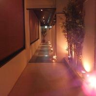 間接照明が照らすシックな廊下を抜けると…