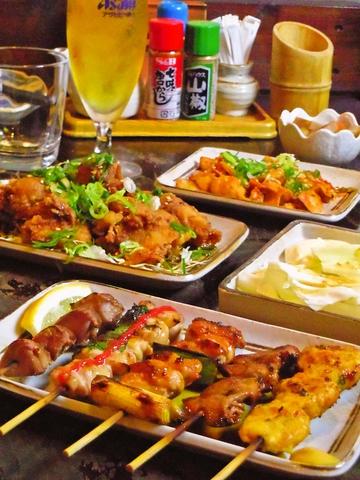気軽に一人で、仲間で、家族でどうぞ。種類豊富な料理と飲み物が用意されている。