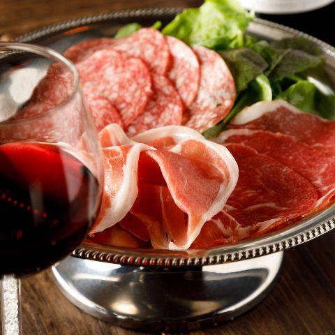 女性に大人気!見た目も可愛い、丸太の上に敷き詰められた、熟成生ハム「ハモンセラーノ」!鮮やかなピンク色でさっぱりとした味わいと柔らかな食感が特徴です。赤ワインはもちろん、辛口の日本酒や焼酎との相性も抜群♪