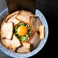 【定食屋さんが本気で作った魚介つけ麺】月火水限定!魚介つけ麺 炙り焼豚ネギ玉ざんまい1300円。ランチタイムは半ライス無料 -上級者のお召し上がり方-1.チャーシューをご飯に乗せて豆板醤とネギ玉乗せて食す。2.つけ麺を卵に付けて食す。3.最後の〆はスープ割りにして食す。