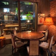 大きな窓際のテーブル席。通りを眺めながら飲むのもまた◎