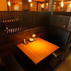 気軽に語らえるテーブル席。『牛たん専門居酒屋でごゆっくり寛ぎください』